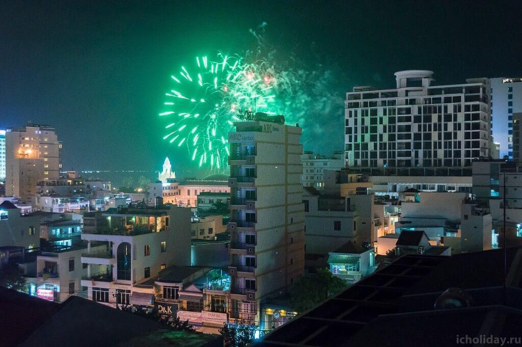 Салют в на празднование Тет в Нячанге