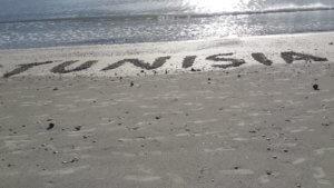 Надпись Тунис на песке