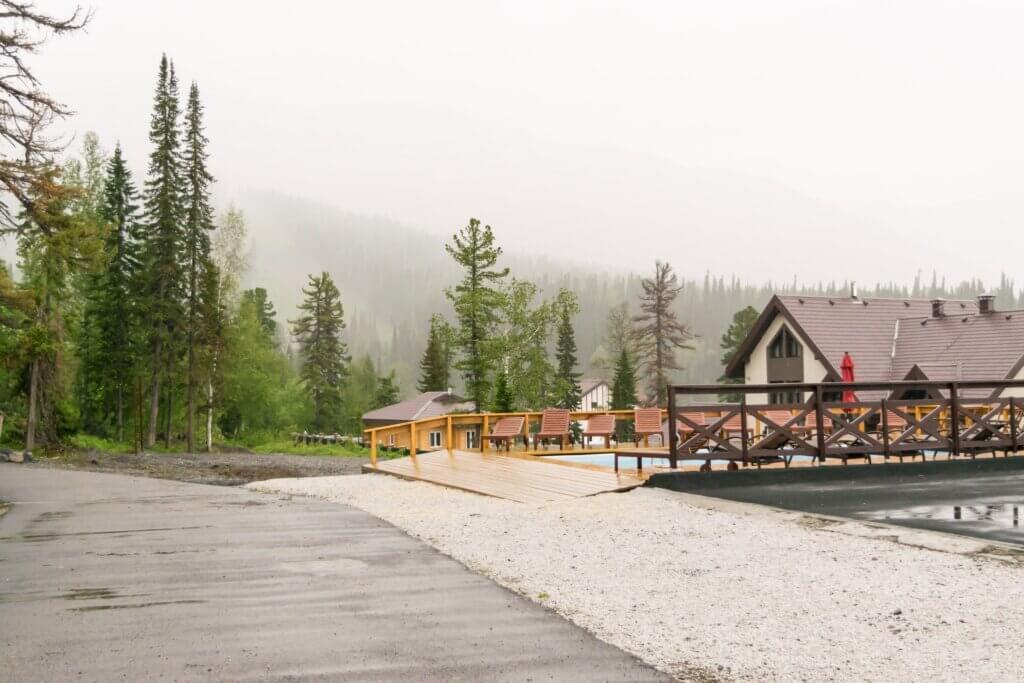 Отель Alpen Club в Шерегеше летом